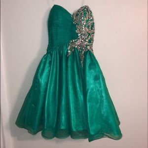 Dresses & Skirts - Strapless Emerald Homecoming Dress